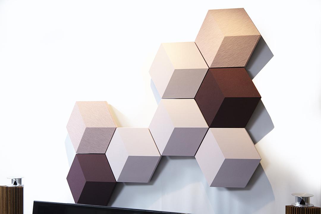 六角形パネルで構成される個性的な姿をしたスピーカー