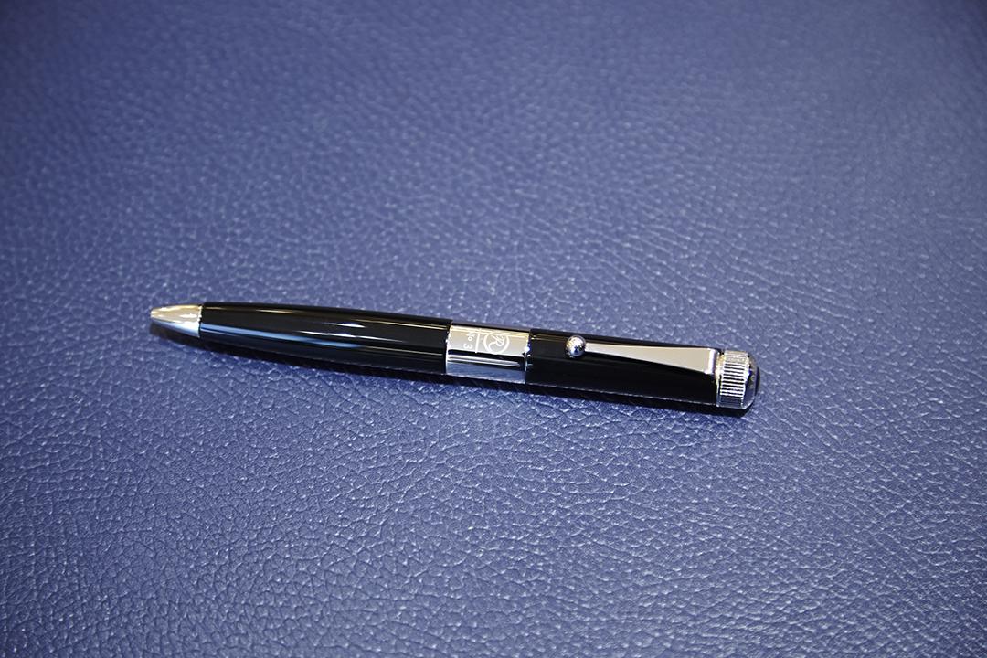 時計の竜頭(リュウズ)をモチーフにした天冠を回してペン先を出すツイスト式