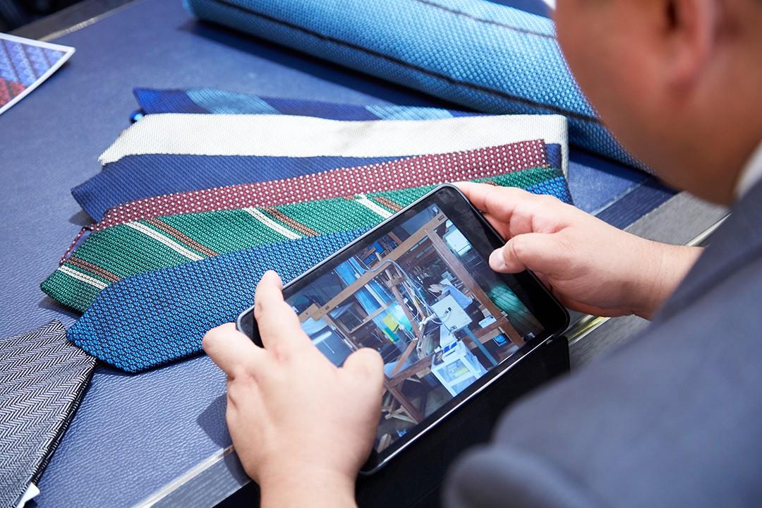 糸づくりから染め・手織り・商品完成まで、すべて職人の手仕事