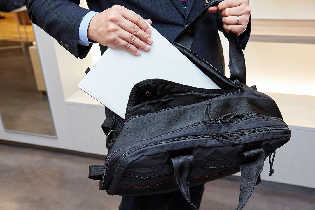 15インチPCに対応したクッション性のあるポケット